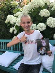 Noor verkoopt armbandjes voor Sytske Foundation. Opbrengst : € 857,50  Dank lieve Noor!